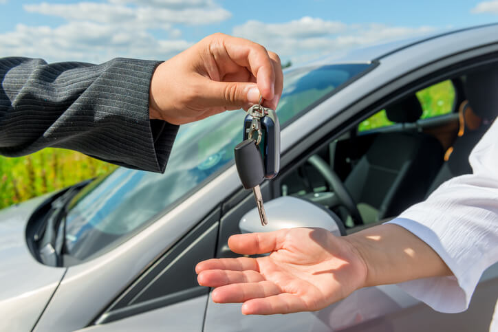 Tips to Selling a Used Car Safely article header
